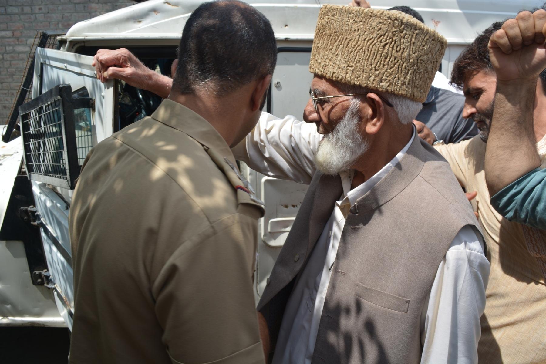 Geelani, Mirwaiz arrested, Eidgah march foiled